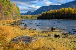 Λίμνη Froliha βουνών με τις πέτρες και την αντανάκλαση, κοντά στη λίμνη Baikal Στοκ εικόνες με δικαίωμα ελεύθερης χρήσης