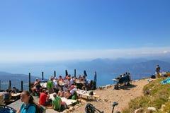 Λίμνη Garda Monte Baldo Ιταλία - 15 Αυγούστου 2017: τουρίστες στην κορυφή του βουνού σε έναν καφέ Στοκ Φωτογραφία