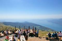 Λίμνη Garda Monte Baldo Ιταλία - 15 Αυγούστου 2017: τουρίστες στην κορυφή του βουνού σε έναν καφέ Στοκ Εικόνες