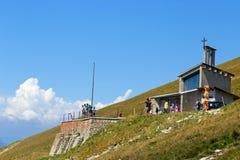 Λίμνη Garda Monte Baldo Ιταλία - 15 Αυγούστου 2017: τουρίστες στην κορυφή του βουνού σε έναν καφέ Στοκ Εικόνα