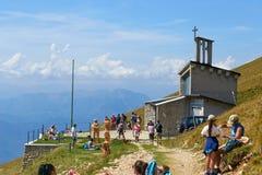Λίμνη Garda Monte Baldo Ιταλία - 15 Αυγούστου 2017: τουρίστες στην κορυφή του βουνού σε έναν καφέ Στοκ Φωτογραφίες
