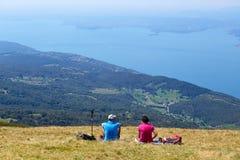 Λίμνη Garda Monte Baldo Ιταλία - 15 Αυγούστου 2017: τουρίστες στην κορυφή του βουνού Στοκ εικόνες με δικαίωμα ελεύθερης χρήσης