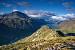 Λίμνη Gjende και νορβηγικά βουνά στο καλοκαίρι Στοκ Φωτογραφίες