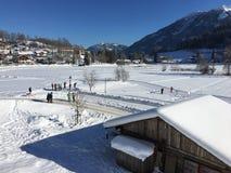 Λίμνη Goldegg και διαγώνιες διαδρομές χώρας, Αυστρία Στοκ εικόνες με δικαίωμα ελεύθερης χρήσης