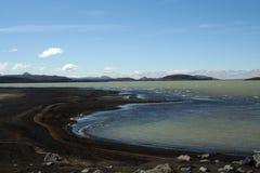 Λίμνη Hálslón με τη μαύρη ηφαιστειακή παραλία και καλυμμένα χιόνι βουνά στην Ισλανδία στοκ φωτογραφία με δικαίωμα ελεύθερης χρήσης