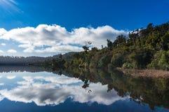 Λίμνη Ianthe την ήρεμη ηλιόλουστη ημέρα Στοκ φωτογραφίες με δικαίωμα ελεύθερης χρήσης