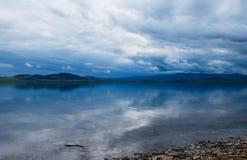 Λίμνη Itkul στο νεφελώδη καιρό Στοκ Φωτογραφίες