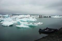 Λίμνη Jokulsalron με τα παγόβουνα και τις βάρκες στοκ εικόνα