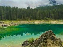 Λίμνη Karersee στους ιταλικούς δολομίτες Στοκ Εικόνες