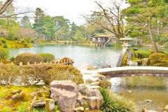 Λίμνη Kasumigaike και φανάρι πετρών στον kenroku-EN κήπο Στοκ Εικόνες