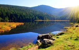 Λίμνη Kleiner Arbersee Moraine με το υποστήριγμα Grosser Arber στο εθνικό βαυαρικό δάσος πάρκων Στοκ φωτογραφία με δικαίωμα ελεύθερης χρήσης