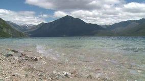 Λίμνη Lago Epuyen που περιβάλλεται από τα βουνά απόθεμα βίντεο