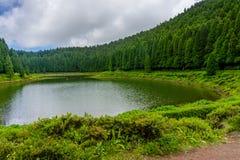 Λίμνη Lagoa DAS Empadadas στα πορτογαλικά, που περιβάλλονται από πράσινο στοκ φωτογραφίες