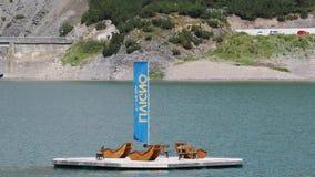 Λίμνη Livigno, Ιταλία Εναέρια άποψη κηφήνων του ξύλινου νησιού με το μόνιππο longue Ιταλικές Άλπεις Ιταλία φιλμ μικρού μήκους