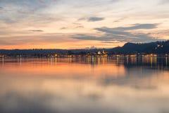 Λίμνη Maggiore, ζωηρόχρωμος ουρανός στο ηλιοβασίλεμα, βόρεια Ιταλία Πόλη Arona, επαρχία Novara, από τη Piedmont πλευρά της λίμνης Στοκ Εικόνες