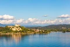 Λίμνη maggiore Λομβαρδία, Ιταλία του Castle Angera Στοκ Φωτογραφία