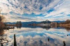 Λίμνη Maggiore, πανόραμα του μικρού χωριού Angera, το μεσαιωνικό φρούριο Borromea και επιφύλαξη φύσης Bruschera, Ιταλία Στοκ Φωτογραφίες