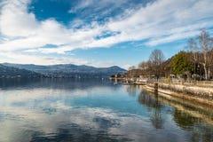 Λίμνη Maggiore, Angera, Ιταλία Άποψη από το χωριό προς την τράπεζα Piedmont μεταξύ των πόλεων Meina και Lesa Στοκ Εικόνες