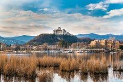 Λίμνη Maggiore, Angera, Ιταλία Τοπίο του μικρού χωριού Angera και του μεσαιωνικού φρουρίου Borromea στο ηλιοβασίλεμα Στοκ εικόνα με δικαίωμα ελεύθερης χρήσης