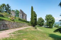 Λίμνη Maggiore, Arona, Ιταλία Δημόσιο πάρκο και οι καταστροφές του μεσαιωνικού φρουρίου Borromea rocca Arona επάνω από την πόλη Στοκ φωτογραφίες με δικαίωμα ελεύθερης χρήσης