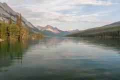 Λίμνη Maligne στο εθνικό πάρκο ιασπίδων, Αλμπέρτα, Καναδάς - απόθεμα Στοκ Φωτογραφία