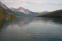 Λίμνη Maligne στο εθνικό πάρκο ιασπίδων, Αλμπέρτα, Καναδάς - απόθεμα Στοκ Εικόνες