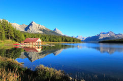 Λίμνη Maligne στο εθνικό πάρκο ιασπίδων, Αλμπέρτα, Καναδάς Στοκ Φωτογραφία