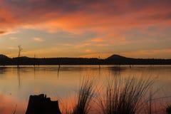 Λίμνη Moogerah στο Queensland με τα όμορφα σύννεφα στο ηλιοβασίλεμα στοκ εικόνες με δικαίωμα ελεύθερης χρήσης