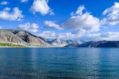 Λίμνη Pangong με τη σειρά pangong στο υπόβαθρο Στοκ φωτογραφία με δικαίωμα ελεύθερης χρήσης