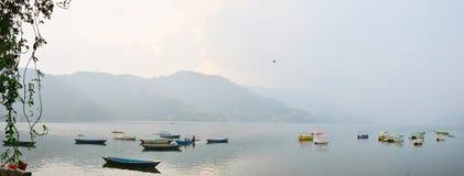 Λίμνη Phewa πανοράματος Pokhara στην κοιλάδα Νεπάλ Annapurna Στοκ Φωτογραφίες