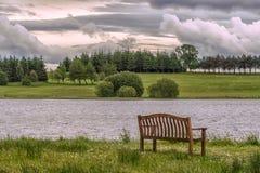 Λίμνη Piperdam και μια απομονωμένη καρέκλα στη Σκωτία στοκ φωτογραφία με δικαίωμα ελεύθερης χρήσης