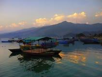 Λίμνη Pokhara Ιμαλάια Νεπάλ ηλιοβασιλέματος Στοκ εικόνα με δικαίωμα ελεύθερης χρήσης