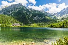 Λίμνη - Popradzki Staw (pleso Popradske) και περιβάλλουσες όμορφες αιχμές βουνών Στοκ εικόνες με δικαίωμα ελεύθερης χρήσης
