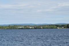 Λίμνη Rokosjøen Rokosjøsaga στο υπόβαθρο στοκ εικόνα με δικαίωμα ελεύθερης χρήσης