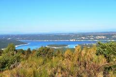 Λίμνη sainte-Croix με το νησί Costebelle Φαράγγι Verdon νότος της Γαλλίας στοκ φωτογραφία