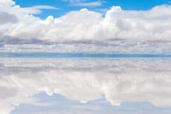 Λίμνη Salar de Uyuni με το λεπτό στρώμα του νερού Στοκ Φωτογραφίες
