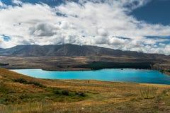Λίμνη Tekapo, βουνά, κοιλάδα και δραματικός νεφελώδης ουρανός, βόρειο νησί Νέα Ζηλανδία στοκ εικόνες