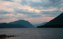 Λίμνη Teletskoye βραδιού στοκ εικόνες