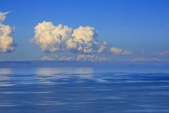 Λίμνη Titicaca με τις χιονώδεις Άνδεις στο υπόβαθρο στοκ φωτογραφίες με δικαίωμα ελεύθερης χρήσης