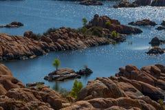 Λίμνη Watson, σχηματισμοί βράχου με το νησί Στοκ Φωτογραφίες