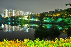 Λίμνη Yishun με τα διαμερίσματα και τα δέντρα τή νύχτα Στοκ Εικόνες