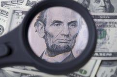 Λίνκολν στο δολάριο πέντε πέρα από το σωρό δολάριο Ηνωμένες Πολιτείες ως α Στοκ Εικόνα