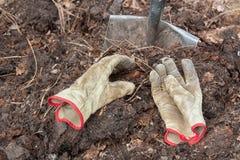 Λίπασμα, γάντια και φτυάρι Στοκ εικόνα με δικαίωμα ελεύθερης χρήσης