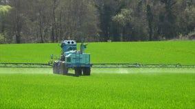 Λίπασμα γεωργίας που λειτουργούν στον τομέα καλλιέργειας, μηχανήματα γεωργίας που λειτουργούν στον καλλιεργημένο τομέα και ψεκασμ απόθεμα βίντεο