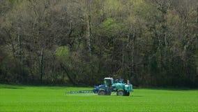Λίπασμα γεωργίας που λειτουργούν στον τομέα καλλιέργειας, μηχανήματα γεωργίας που λειτουργούν στον καλλιεργημένο τομέα και ψεκασμ φιλμ μικρού μήκους