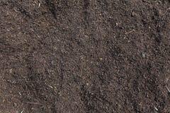 Λίπασμα εδαφολογικού λιπάσματος που προετοιμάζεται για ένα καλλιεργήσιμο έδαφος στοκ εικόνες