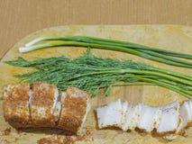 Λίπος με το κόκκινο πιπέρι και σκόρδο με τον άνηθο και τα κρεμμύδια Στοκ εικόνα με δικαίωμα ελεύθερης χρήσης