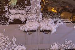 Λαβές πορτών ενός αυτοκινήτου που καλύπτεται με το νέο χιόνι Στοκ Φωτογραφίες