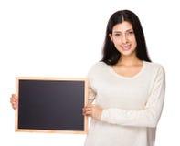 Λαβή γυναικών Brunette με τον πίνακα κιμωλίας Στοκ εικόνες με δικαίωμα ελεύθερης χρήσης