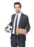 Λαβή εκπαιδευτών ποδοσφαίρου με τη σφαίρα και την περιοχή αποκομμάτων ποδοσφαίρου στοκ φωτογραφία με δικαίωμα ελεύθερης χρήσης